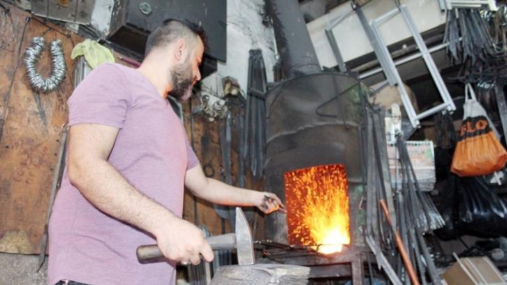 Altmış derece sıcakta kebap şişi üretiyor