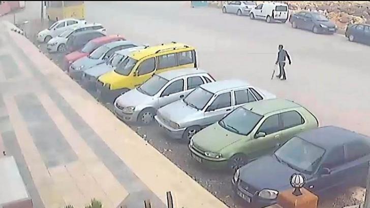 Koltuk değnekli hırsız güvenlik kameralarına yakalandı