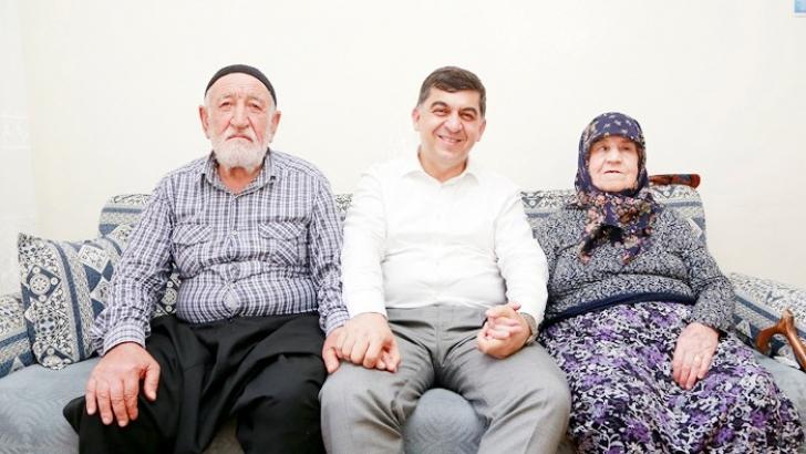 Fadıloğlu'nun ziyareti yaşlı çifti mutlu etti
