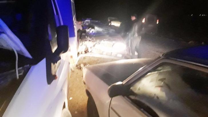 Yol kenarında duran kamyonete otomobil çarptı: 6 yaralı
