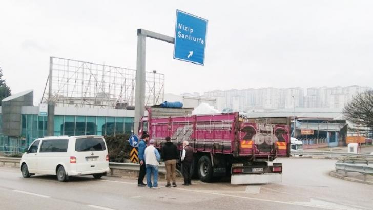 Yön tabelasına çarpan kamyon sürücüsü yaralandı