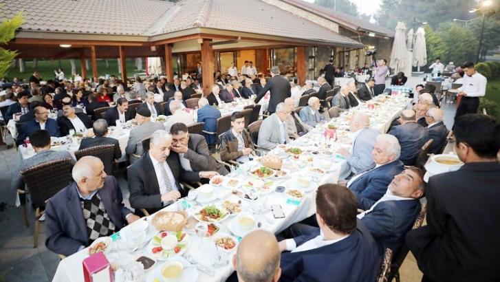 Fadıloğlu, eski başkanlar ve meclis üyeleriyle iftar açtı