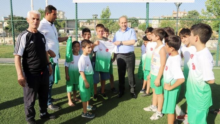 Başkan Kılıç'tan çocuklara forma