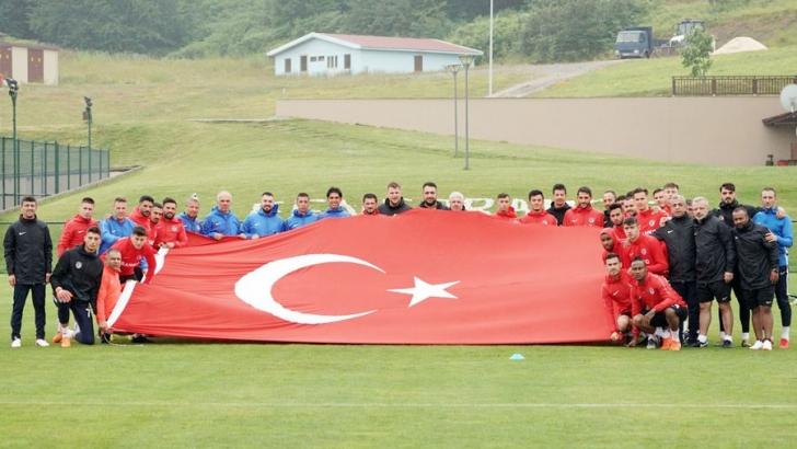 Türk Bayrağı ile poz verdi