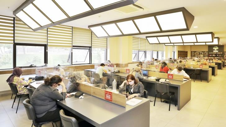 Öğrenciler, pandemi kurallarına uygun çalışıyorlar
