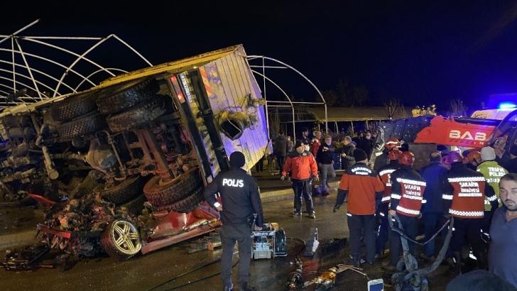 Feci kaza, kamyon 2 aracın üzerine devrildi