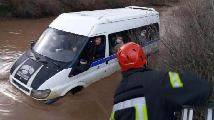Selde mahsur kalan minibüs içerisindeki 9 kişi merdivenle kurtarıldı