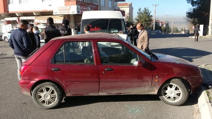 Virajı alamayan otomobil başka bir araca çarptı: 4 yaralı