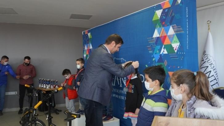 Büyükşehirden satranç turnuvası kazananlarına ödül
