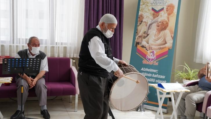 Alzaymır hastası ulu çınarlar, müzikli terapi ile moral depoluyor