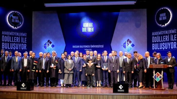 HKÜ'de akademisyenler ödüllendirildi