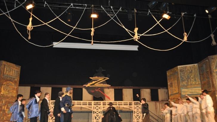 Lise öğrencileri Zorro Müzikalini İngilizce sahneledi