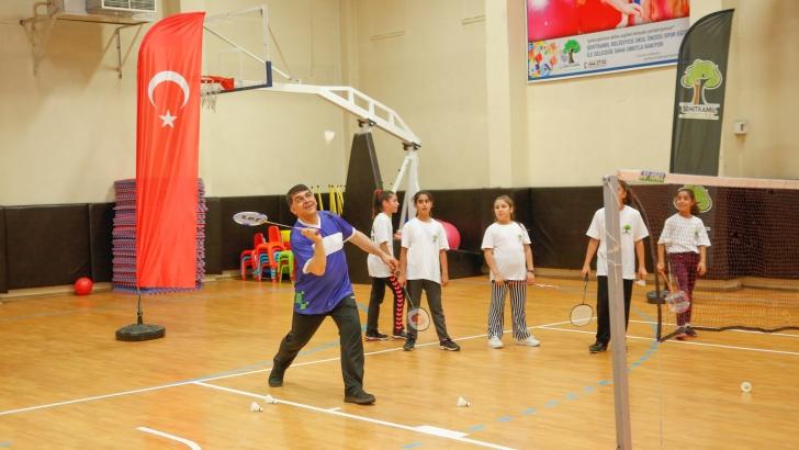 Fadıloğlu gençlerle badminton oynadı
