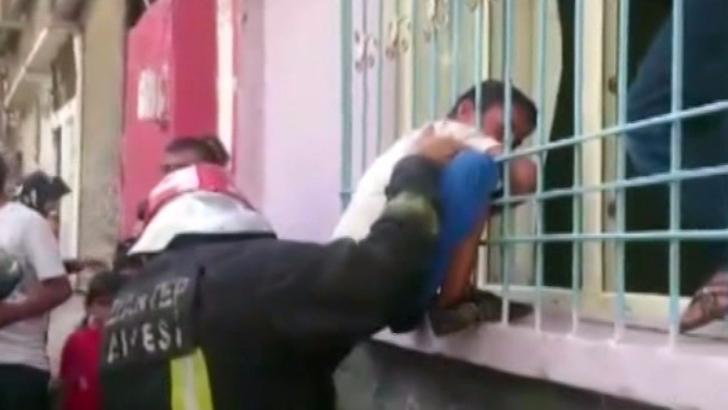 Demir parmaklıklara sıkışan çocuğu itfaiye kurtardı