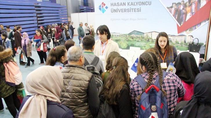 HKÜ, Adana eğitim fuarında öğrencilerle buluştu