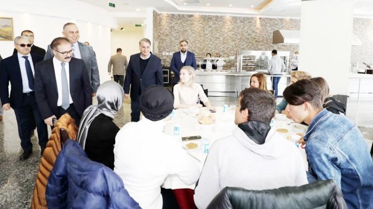 Rektör Gür engelli öğrencilerle yemekte biraraya geldi