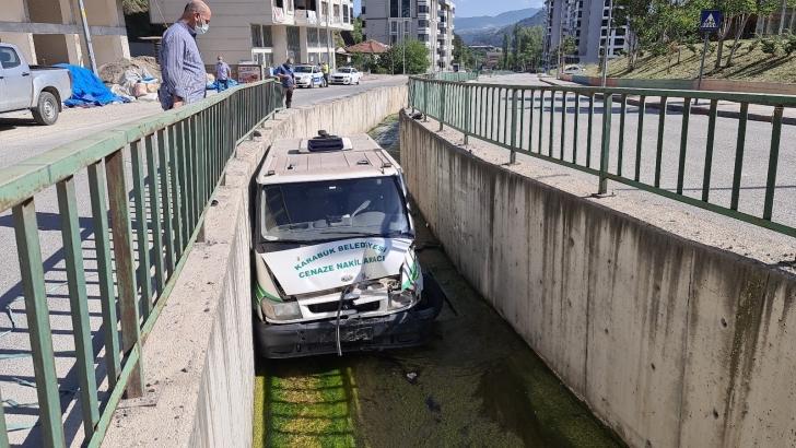 Cenaze aracı su kanalına düştü