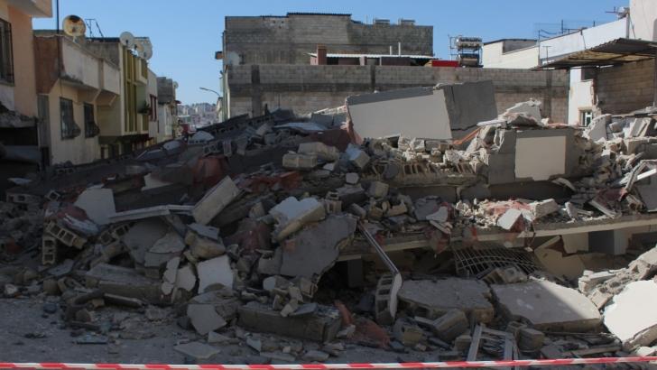 5 katlı bina çöktü, facianın eşiğinden dönüldü