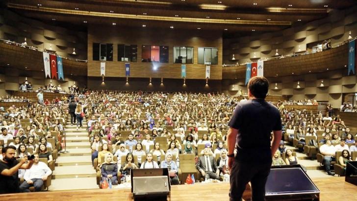 İletişim uzmanı HKÜ'nün yeni öğrencileriyle buluştu